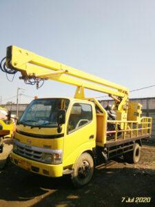 mobil crane 12 meter tampak depan