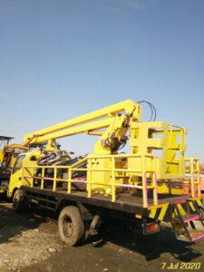 mobil crane 12 meter tampak samping