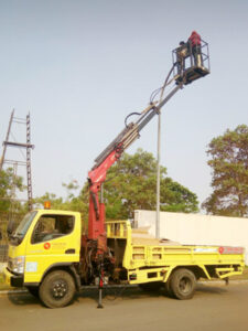 rental mobil crane 14 meter jalan raya