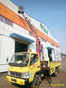 rental mobil crane 14 meter gudang