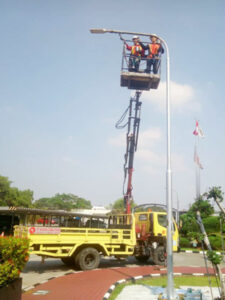rental mobil crane 14 meter instalasi