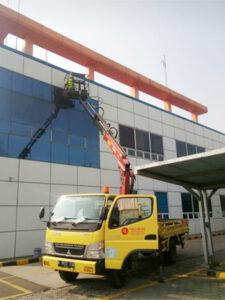 rental mobil crane 14 meter pabrik