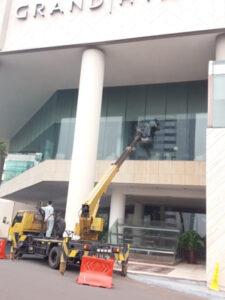 rental mobil crane 16 meter hotel