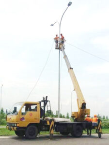 rental mobil crane 16 meter jalan raya