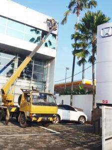 rental mobil crane 16 meter showroom