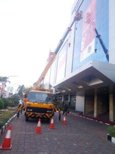 rental mobil crane 18 meter gedung