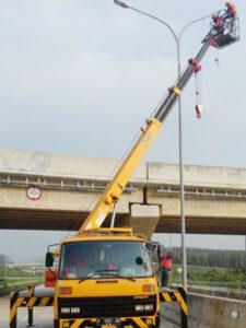 rental mobil crane 18 meter jalan raya