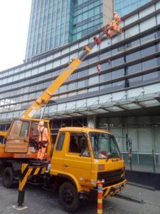 rental mobil crane 18 meter kaca gedung
