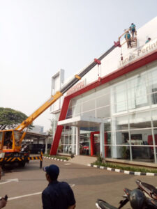 rental mobil crane 18 meter showroom