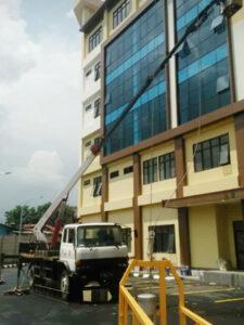 rental mobil crane 22 meter gedung 2