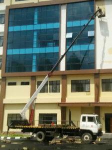 rental mobil crane 22 meter gedung