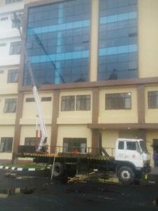 rental mobil crane 22 meter gedung 3