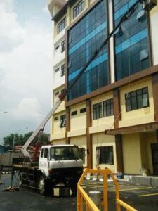rental mobil crane 22 meter gedung 4