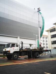 rental mobil crane 22 meter pabrik